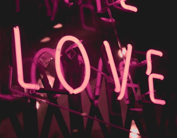 """Neonschild mit """"Love"""""""