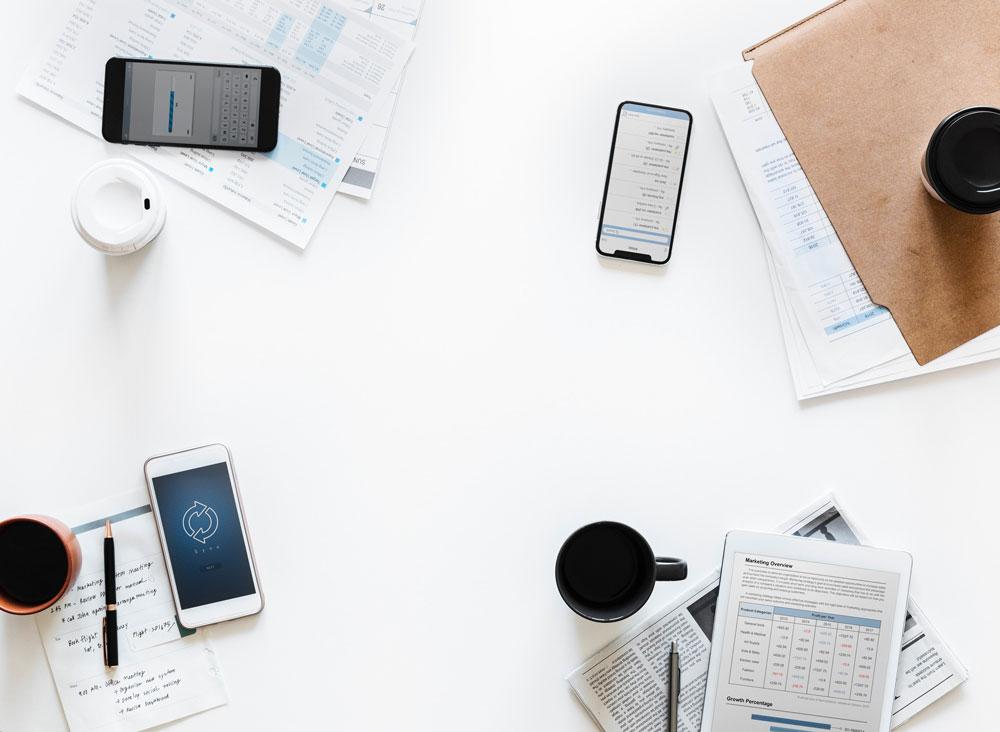 Flatlay mit Smartphones und Notizen